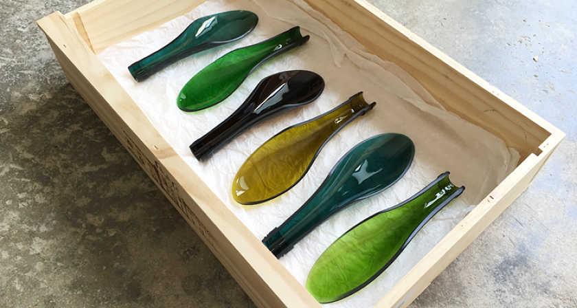 cucharas fabricadas reciclando botellas de vidrio verde