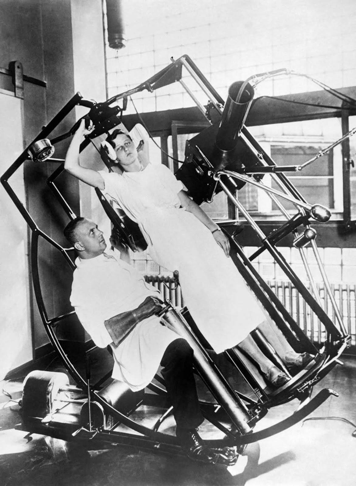 """La moderna máquina de """"mirar a través"""" de Roentgen, que evita cualquier lesión al médico tratante, Frankfurt, Alemania, alrededor de 1929."""