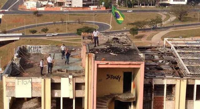 PM retira elementos do MTST que haviam invadido o Torre Palace, em Brasília
