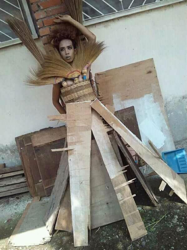 Peragaan Busana Pria Ini Super Kreatif, Sangat Lucu dan Bikin NGAKAK !!!