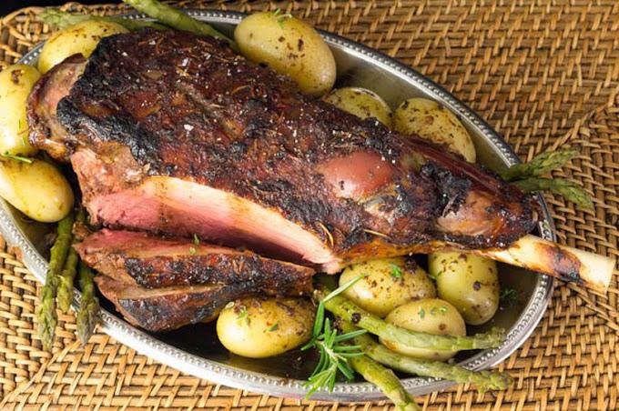 Gigot d'agneau caramélisé à la tomate et aromates