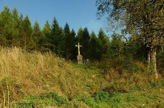 Krzyż po wschodniej stronie drogi.