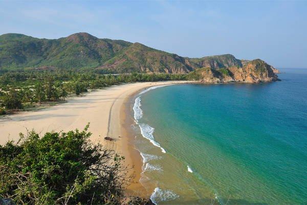 Xe du lịch Phú Yên - Bãi Ôm có bãi cát trắng mịn.