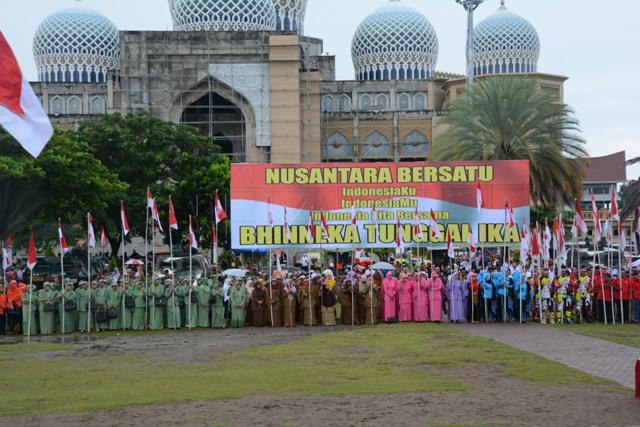 Merah Putih Melingkar Dikepala: Istri TNI Bertekat Bersatu