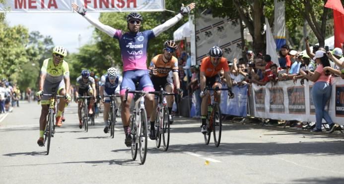 Barahonero Augusto Sánchez se lleva el título de la Vuelta el día de la Independencia Nacional