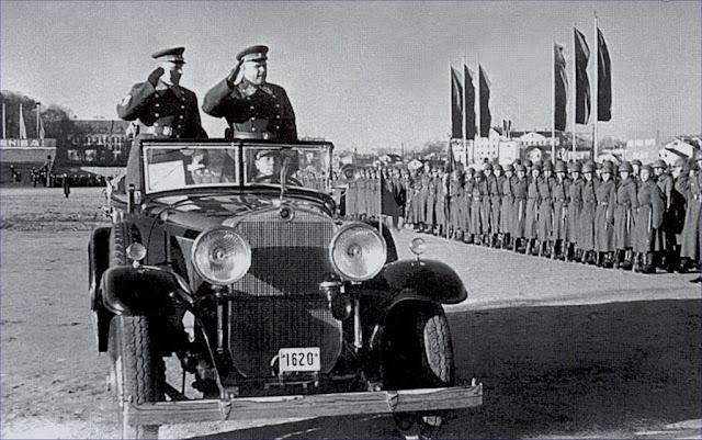 Командующий войсками Прибалтийского Особого военного округа генерал-полковник А.Д. Локтионов принимает парад советских войск в Риге 7 ноября 1940 года, посвященный 23-й годовщине Октябрьской революции