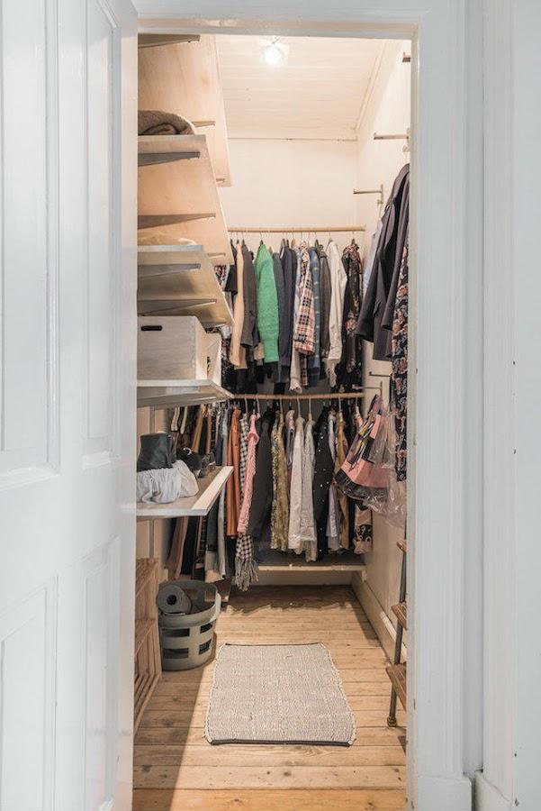vestidor en una habitación