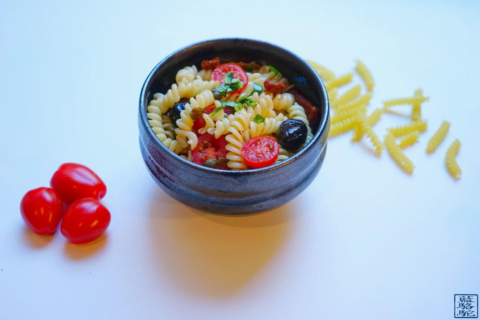 Le Chameau Bleu - Recette de Salade de pâte - Tomate - Câpre - Olive - Ngo Gai