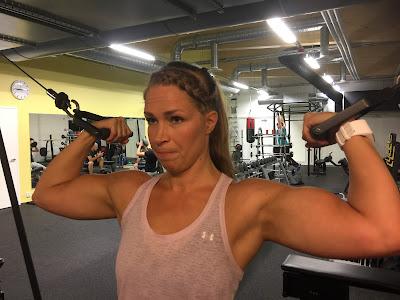 nainen, treenaa, sali, gym, fitness, hauis, voima, urheilu, kunto, päättäväisyys, sisu, periksi ei anneta