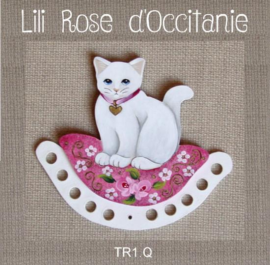 Tri-fils bois peint, joli chat blanc sur un coussin rose à fleurs. Broderie et point de croix