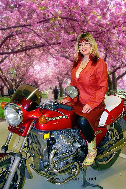 moottoripyörä, nahkatakki, nahkahame, korkokumisaappaat - motorbike, leather coat, leather skirt, hi heels rain boots