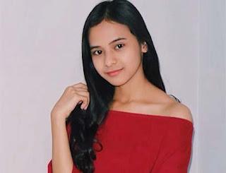 Cathy Fakandi Pakai Baju Merah