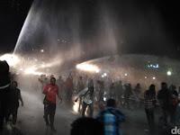 Nah lo, Segar Usai 'Dimandikan' & 'DIpijit' Polisi, Ahoker Semangat Lempar Batu & Kayu, Masyarakat Sudah Tidak Simpati