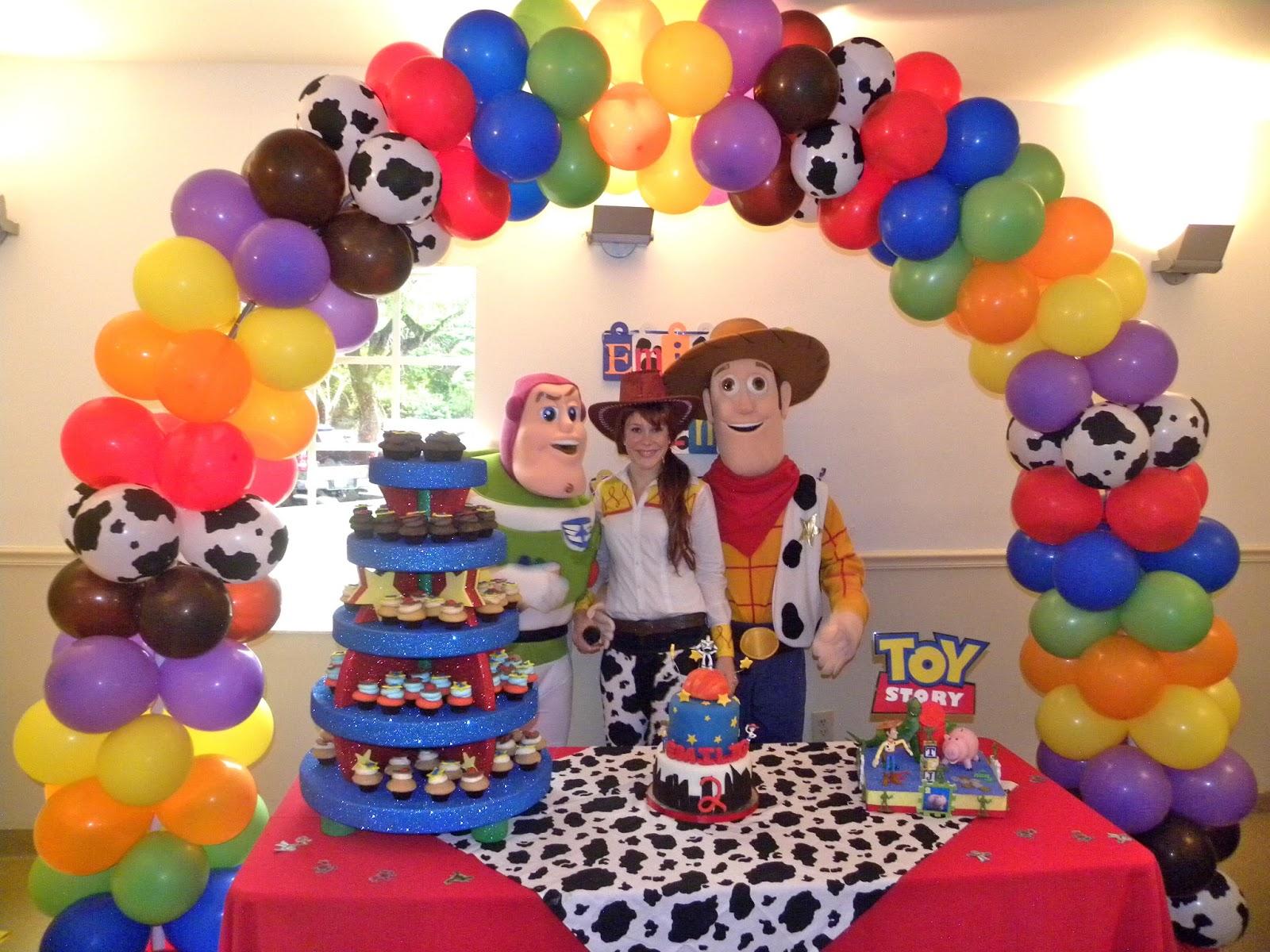 Adornos con globos para fiestas fiestas y todo eventos for Decoracion mesas infantiles