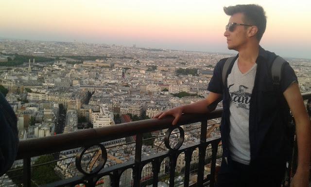 Harun İstenci Fransa Paris'te Eyfel Kulesi'nin zirvesinde.