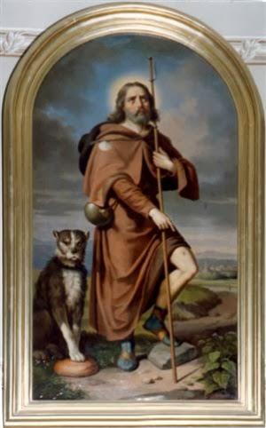 San Roque vestido de peregrino mostrando las llagas y a su lado un perro con el pan