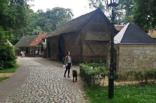 Hund auf Dorfstraße im Freilichtmuseum Arnhem