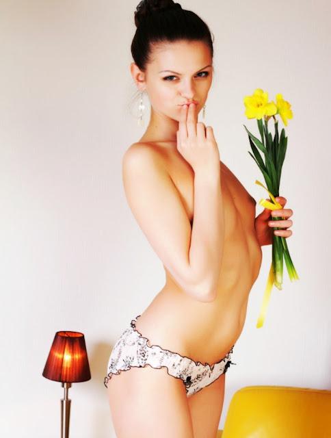 Фото эротика xxx на www.eroticaxxx.ru: Худенькая балерина раздевается дома (18+) Эротические снимки голой балерины!