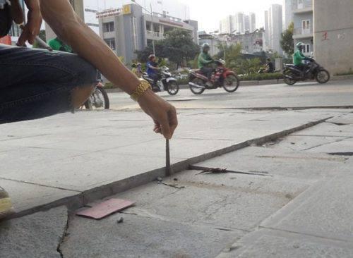 Đá trên vỉa hè đường Trần Phú, Hà Đông vỡ sụt xuống