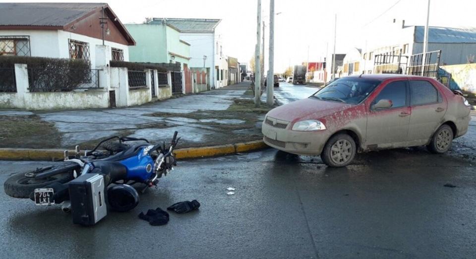 Motociclista lesionado al chocar a un automovil