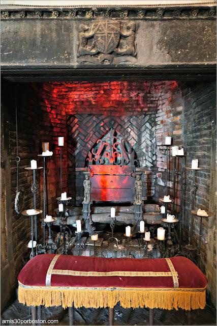 Chimenea con Escudo de Armas en el Great Hall del Castillo Hammond, Gloucester
