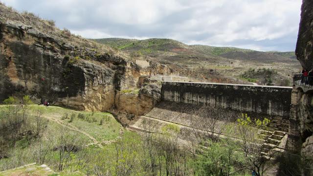 Un recorrido por el antiguo puente a los pies del Cerro de la Oliva, una presa en el río Lozoya