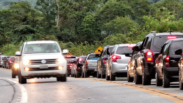 Sancionada lei que obriga farol baixo na estrada durante o dia