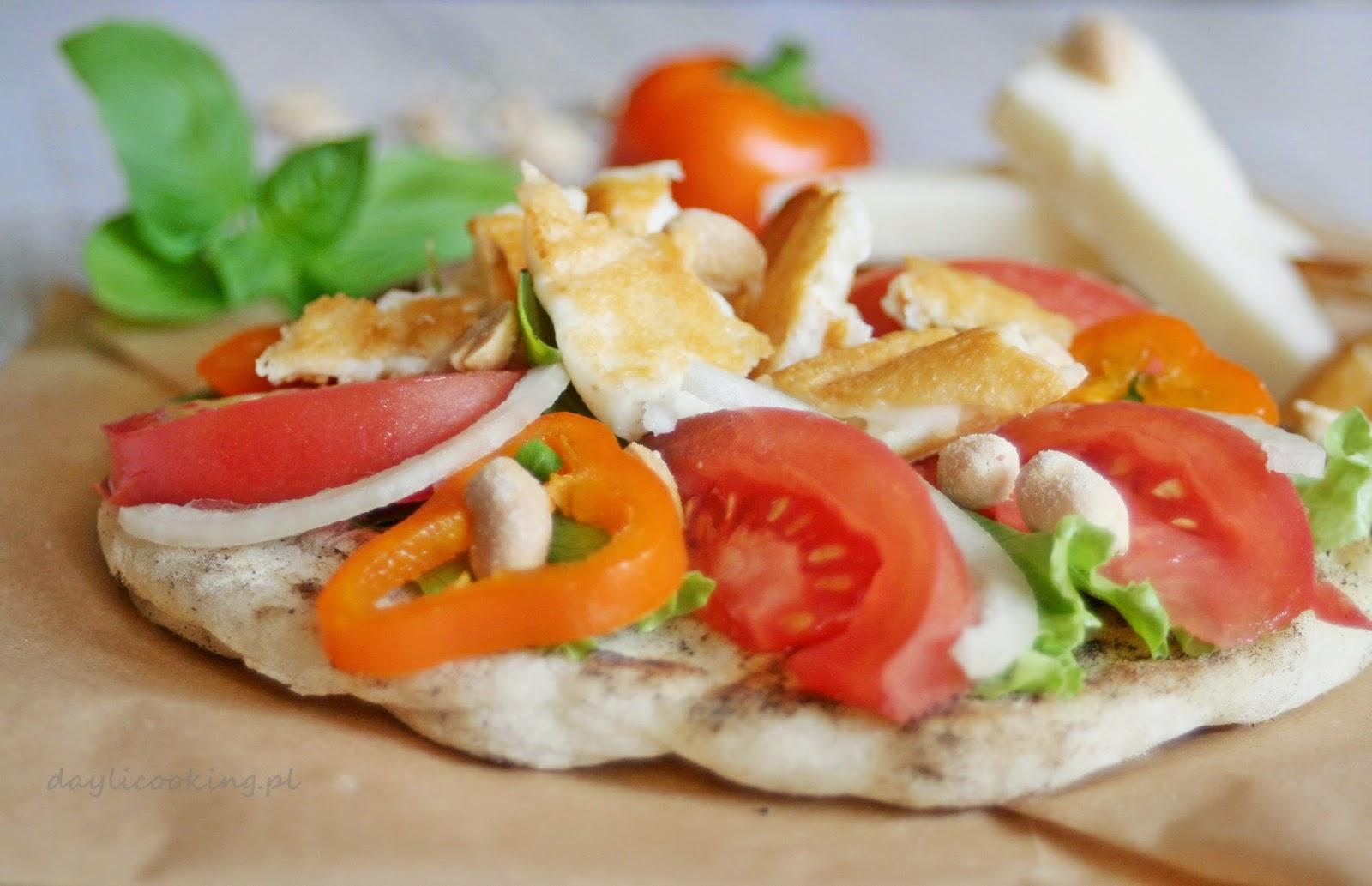 Chlebek pita z opiekanym serem halloumi i orzeszkami