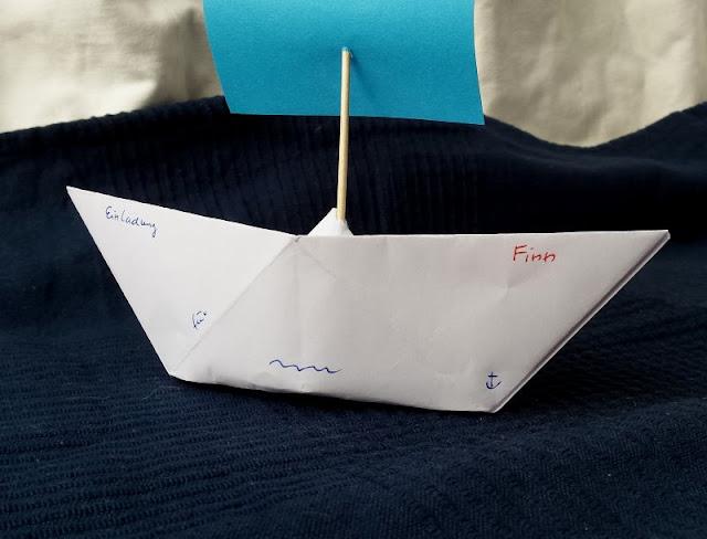 DIY: Papierschiff-Einladungen für den Kindergeburtstag basteln. Die Schiffchen aus Papier machen den Kindern Spaß, die Geburtstagskinder können auch gut mitbasteln.