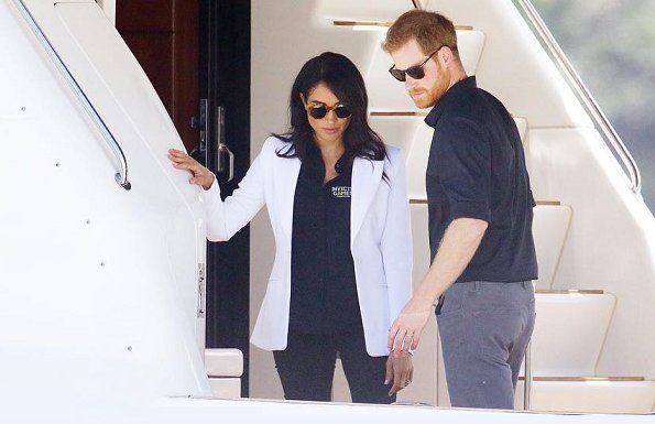 Meghan Markle wore Altuzarra Acacia blazer,  Mother Denim Looker skinny jeans, Illesteva palm beach sunglasses