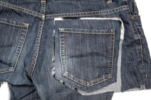 Farkkujen takataskun leikkaaminen irti farkuista