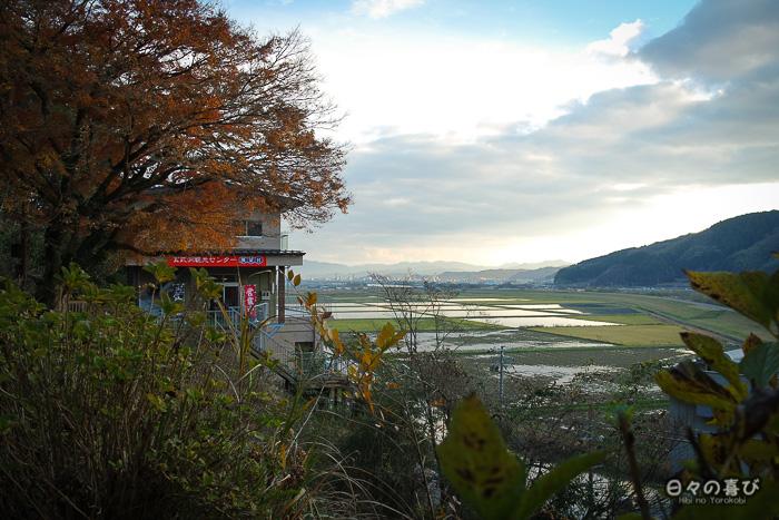 vue sur les rizières depuis la grotte seiryudô, avec magasin de souvenirs en arrière plan