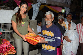 Actress Sri reddy (apthatrust director) Distrubuted Blankets for Orphans at Sai Baba Temple  0020.JPG