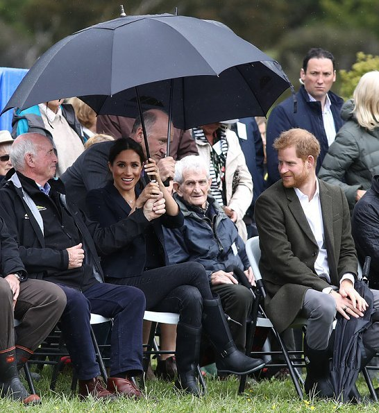 Meghan Markle wore Karen Walker Fathom dark navy jacket, Jessica McCormack Tattoo diamond pendant, Muck Boot Company