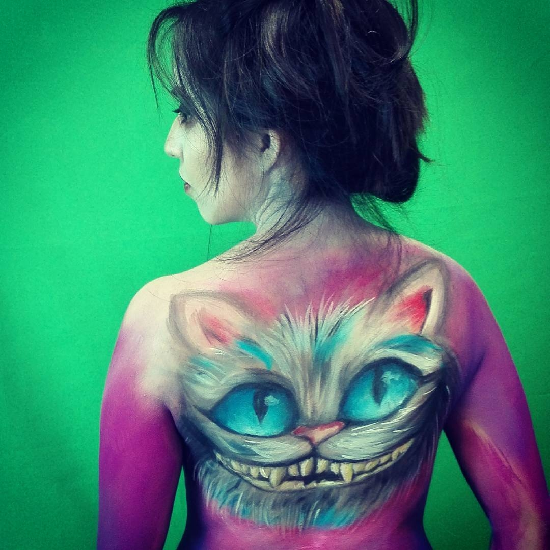 09-Alice-in-Wonderland-Cheshire-Cat-Alexander-Ojodelince-Body-Painting-that-Transforms-you-into-Art-www-designstack-co