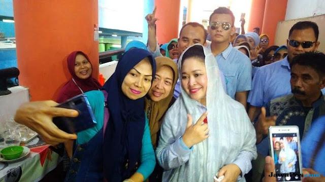 Sambangi Pasar Raya Padang, Titiek Soeharto Disoraki Ganti Presiden