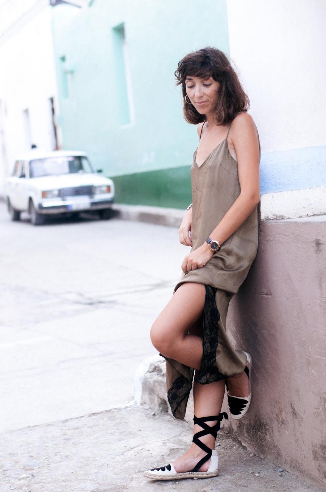 Vestido, espardeñas Zara