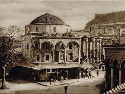Στην πλατεία δεσπόζει το επιβλητικό μουσουλμανικό τζαμί που χτίσθηκε το 1759. Σήμερα λειτουργεί σαν Μουσείο Ελληνικής Λαϊκής Τέχνης