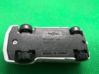プジョー 405 ターボ 16 のおんぼろミニカーを底面から撮影