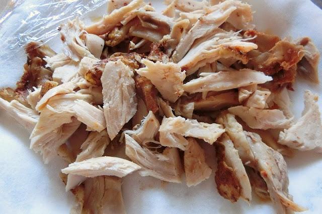 チキンは電子レンジ加熱して、ほぐしておく