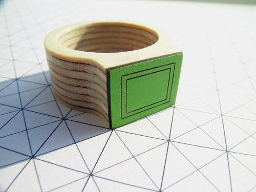 Anillo hecho de madera