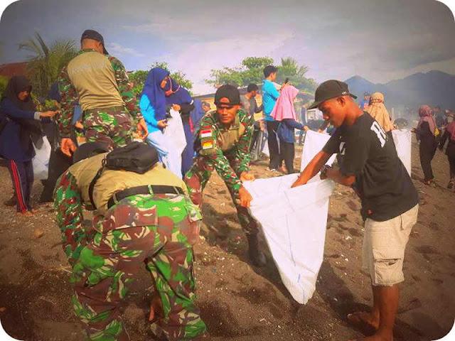 Koramil Kota Ternate dan Komunitas Sadar Sampah Bersihkan Pantai Kalumata