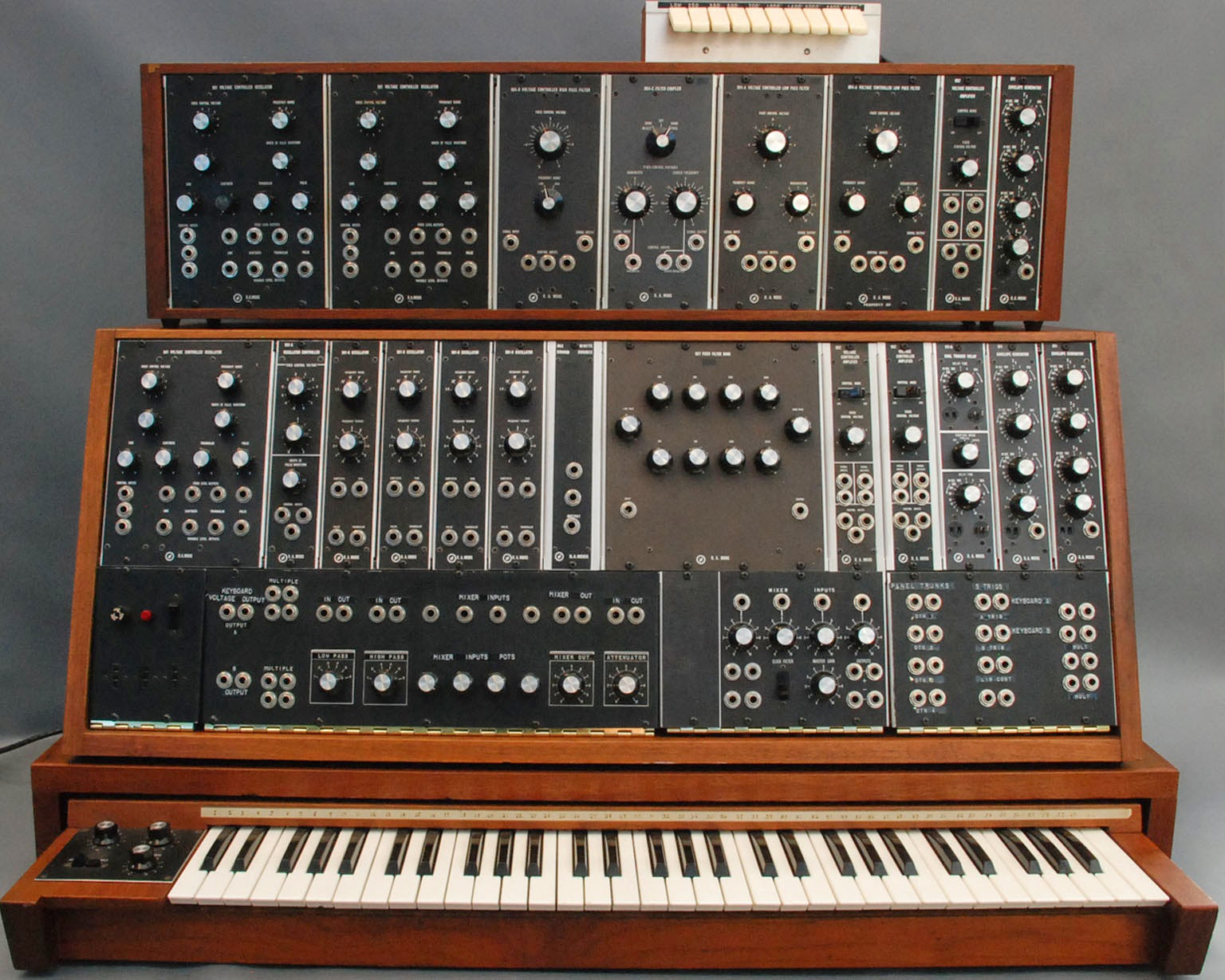 jondent exploring electronic music who 39 s the girl playing that 1960ish moog modular. Black Bedroom Furniture Sets. Home Design Ideas