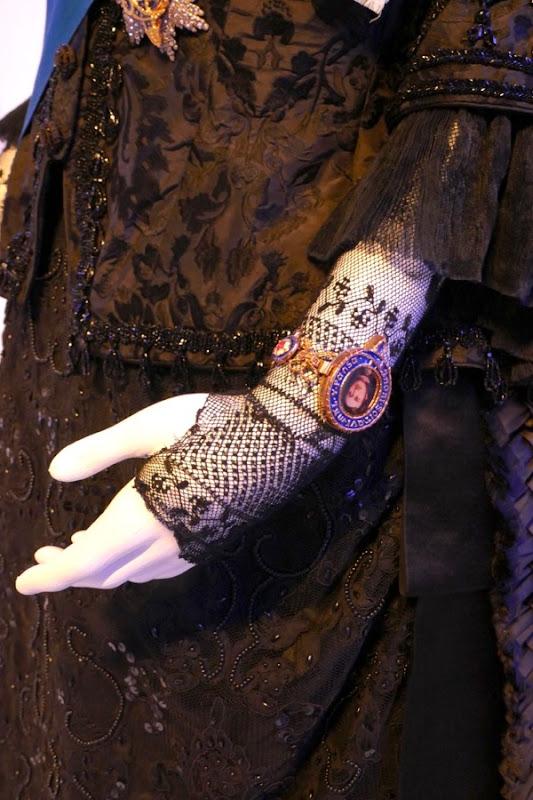 Queen lace glove bracelet Victoria Abdul