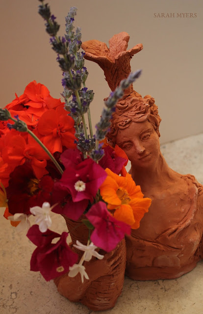 lady, plumes, basket, sarah, myers, art, arte, artist, terracotta, sculpture, vase, escultura, skulptur, flowers, bouquet, arrangement, beautiful, feathers, woman, figurative, decor, decorative, contemporary, modern, red, earthenware, clay, face, eyes, cornucopia, lavender, nasturtiums, jasmine, bougainvillea, spring, printemps, primavera, handmade, detail, close-up, above, angle