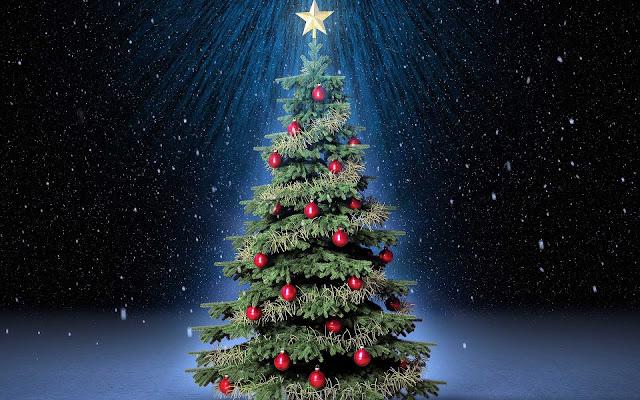 Kerstboom met rode kerstballen
