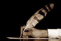Kuş tüyü kalemle yazı yazan bir katip