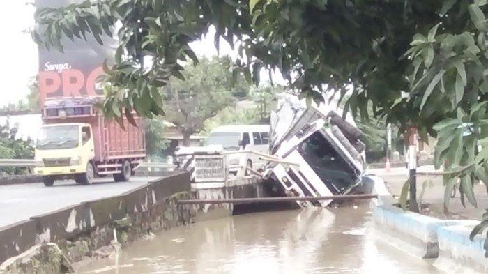 Innalillaahi.. Truk Sudah Nyemplung Sungai Tapi Sopir Masih Tertidur Pulas
