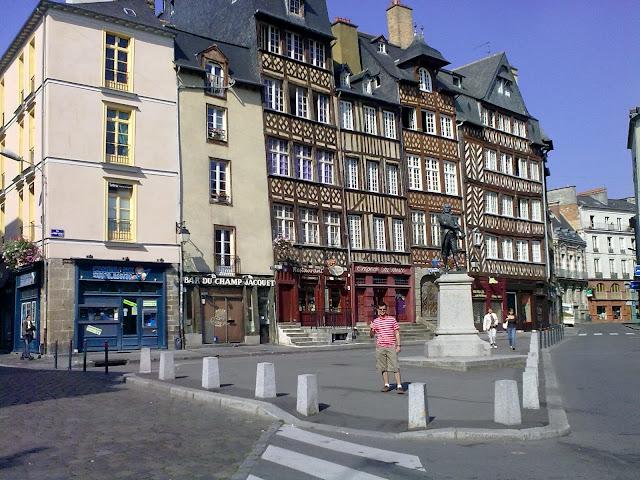 Place du Champ Jacquet com a estátua de Jean Leperdit rasgando a famosa lista de condenados - Rennes - Bretanha - França