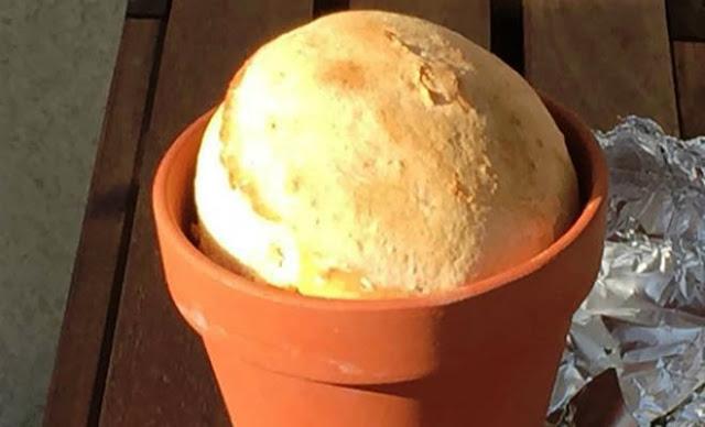 Πήρε μία γλάστρα, αλεύρι και μαγιά και έκανε το τέλειο χωριάτικο ψωμί!